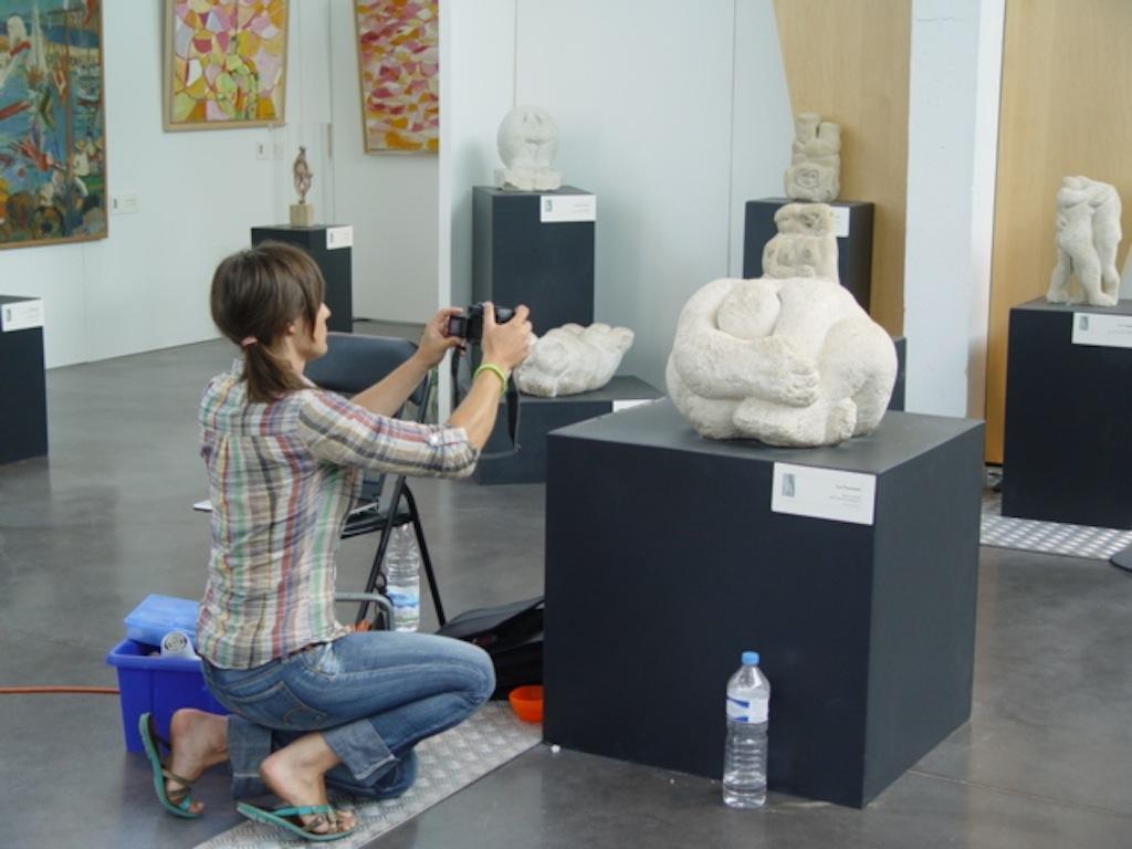 Examen d'une sculpture, musée de Royan, 2006